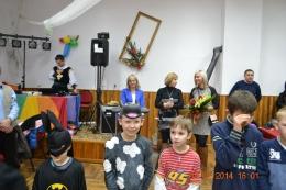 Dzieci z Olszan i Modlęcina bawią się na zabawie karnawałowej